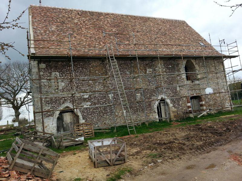Couverture en vieilles petites tuiles normandes afin de rendre l'aspect d'origine de cette vieille bâtisse