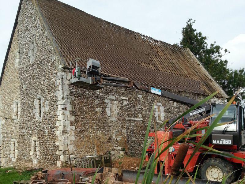 Démontage de la toiture d'une ancienne demeure seigneuriale